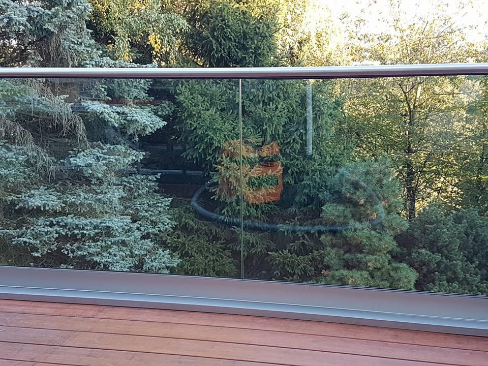 Balkonbrüstung mit Handlauf